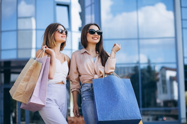 마을에서 쇼핑 두 아름다운 여성