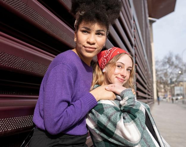Две красивые женщины, подруги, многорасовые
