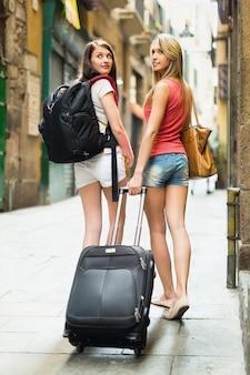 荷物を持っている2人の美しい女性