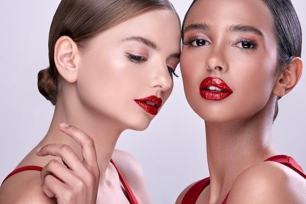 赤い口紅の2人の美しい女性、化粧のセクシーな女性、赤いかわいい女の子