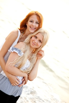 해변에서 두 명의 아름다운 젊은 여자 친구