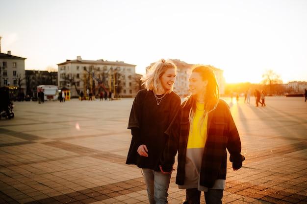 町の広場で2人の美しい若い女の子 Premium写真