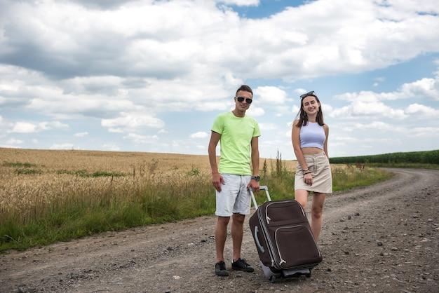 두 명의 아름다운 젊은이가 차에서 여름 시간 모험을 즐깁니다.