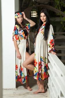ビーチパレオの2人の美しい若い女性
