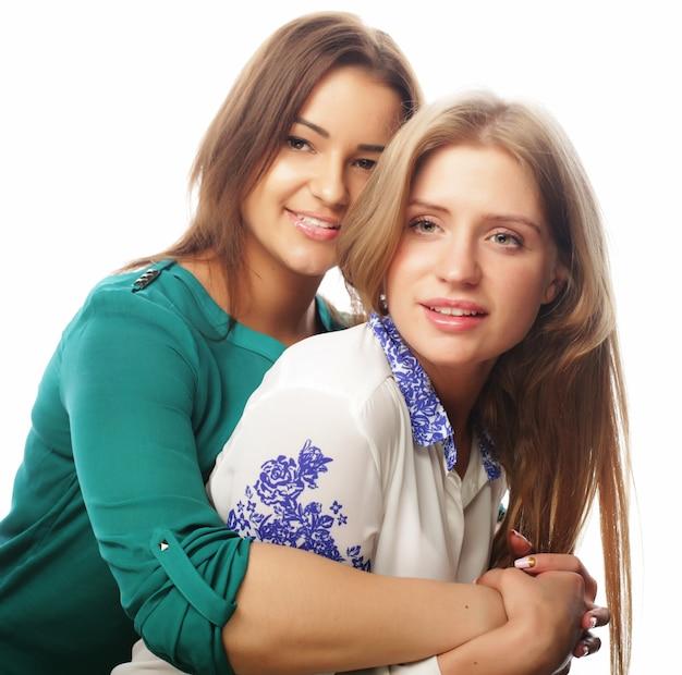 Две красивые девушки-хипстеры позируют
