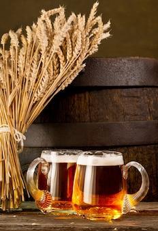 Два пивных бокала с пучком пшеницы