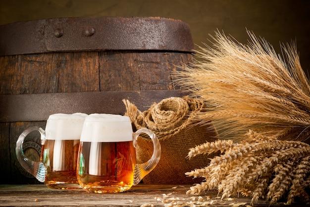 Два пивных бокала с пшеницей и ячменем