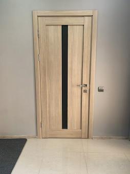 Две бежевые двери в спальню дома.