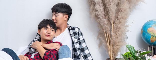 Due amati giovani uomini hanno dormito insieme a letto.