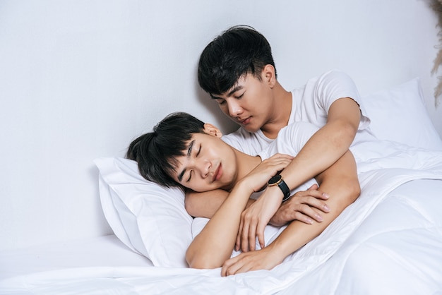 사랑하는 두 젊은이가 함께 침대에서 잤습니다.