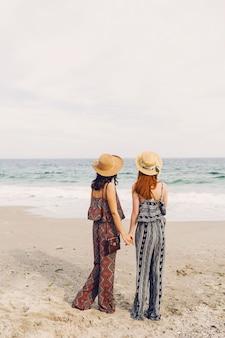 ビーチで2人の親友