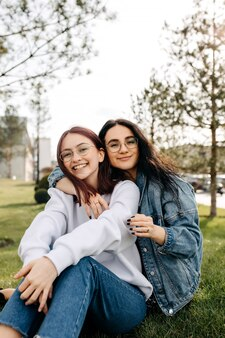 Два лучших друга улыбаются, проводя время на открытом воздухе
