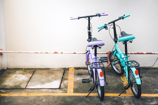 두 개의 자전거가 주차되어 있습니다.