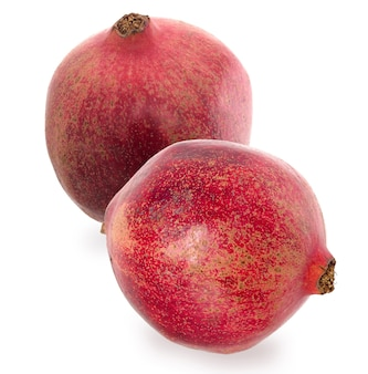 2つの大きな熟した赤い花崗岩。白い背景に赤熟したザクロの果実を設定します。ベジタリアンコンセプト。
