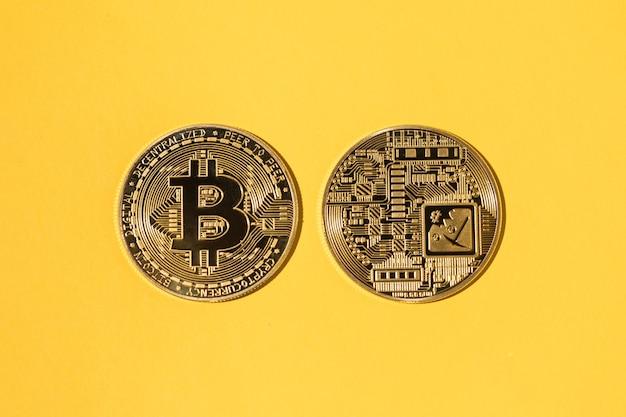 노란색 배경에 두 개의 bitcoin 동전입니다. 암호 화폐의 개념, 돈과 저축.