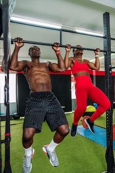 바벨 등 운동을 하는 스포츠 체육관에서 두 명의 흑인 보디빌더 선수. 체육관에서 몸을 강화하는 개념