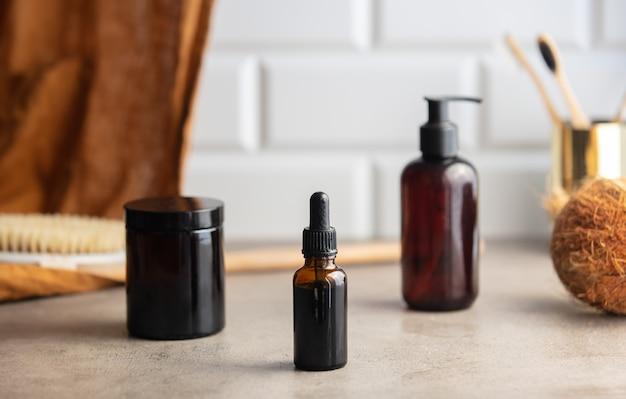 두 개의 검은 병과 욕실 테이블에 한 병