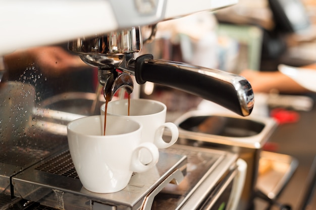 Два черных кофе утром на кофеварке