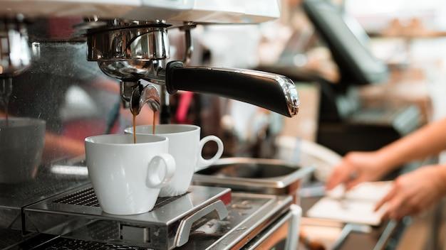 コーヒーメーカーで2つのブラックコーヒーの朝