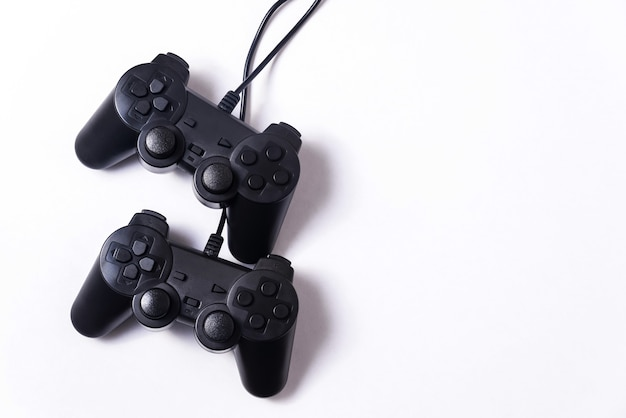 흰색 바탕에 두 개의 검은 게임 패드