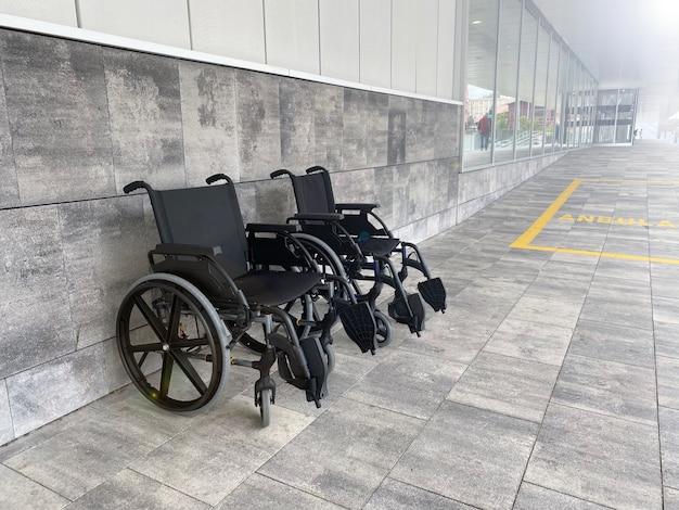 회색 벽에 두 개의 검은 휠체어