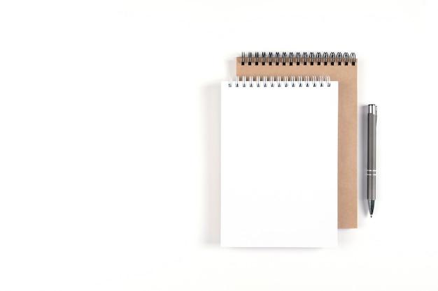 두 개의 빈 나선형 메모장과 펜