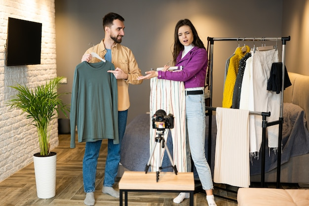 Два влиятельных блоггера демонстрируют одежду своим подписчикам, чтобы продать ее в онлайн-магазине.