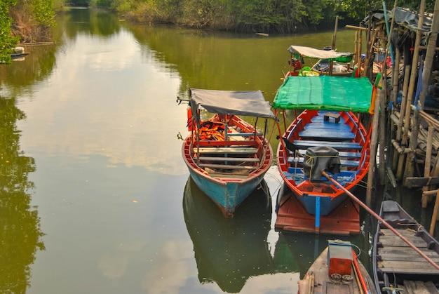 Две лодки плавающие