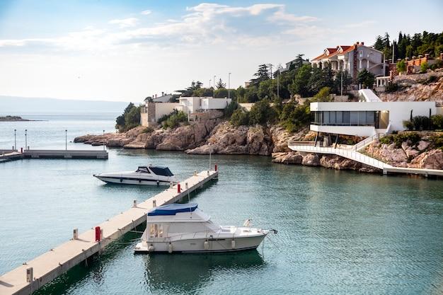 Две лодки в хорватской гавани недалеко от современного средиземноморского побережья