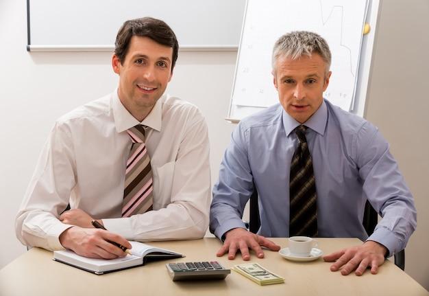 Два начальника составляют бизнес-план.