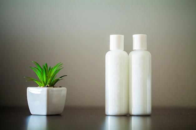 Две бутылки для масел, гелей или шампуней.