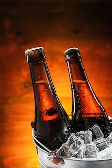 얼음 양동이에 맥주 두 병