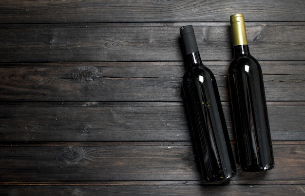 赤と白のワイン2本。