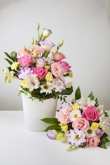 ホワイトペーパーボックスに異なるサイズの2つの花束
