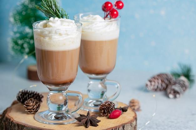 Due ciotole di gelato al cioccolato su tavola di legno.