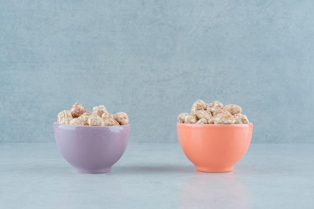 흰색 표면에 달콤한 맛있는 진저의 전체 두 그릇