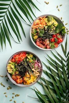 Две тарелки гавайской здоровой смеси поке с тунцом и лососем
