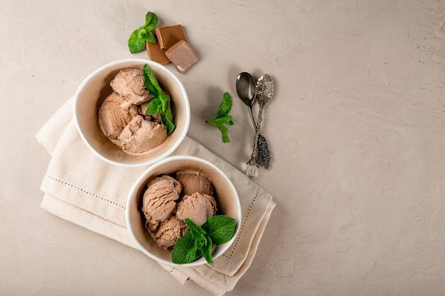 민트를 곁들인 홈메이드 초콜릿 아이스크림 볼 2개