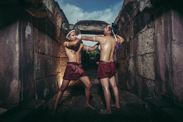 무에타이의 무술과 싸우는 두 권투 선수.