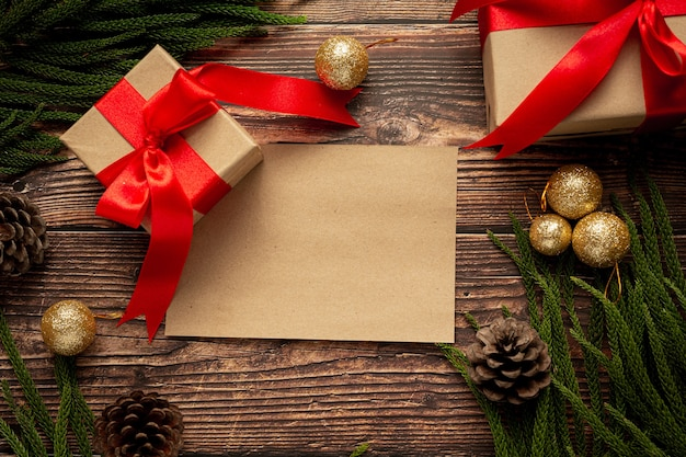 나무 바탕에 빨간 리본 활과 선물의 두 상자