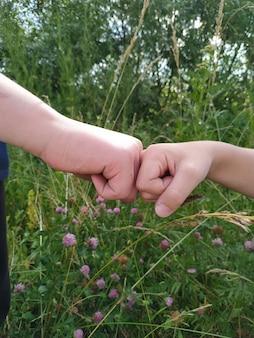 自然の中で握手する2つの男の子の手