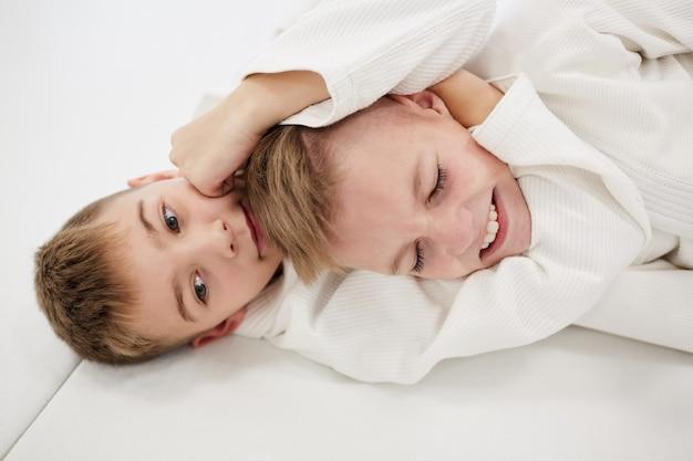 Два мальчика борются