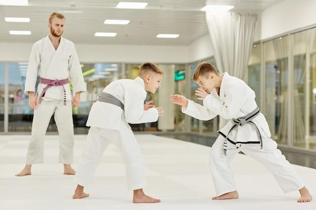 Два мальчика учатся драться
