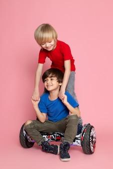 Два мальчика едут на сегвее на розовом