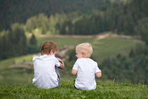 두 소년은 언덕에 앉아서 즐겁게 지냅니다. 다시보기