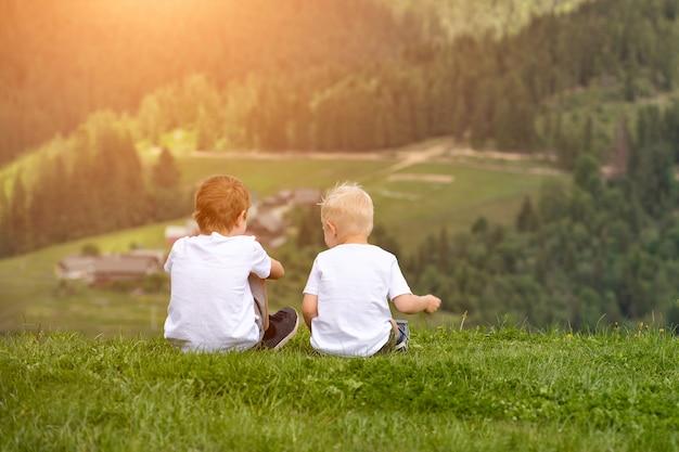 두 소년이 언덕에 앉아 즐겁게 이야기합니다. 다시보기