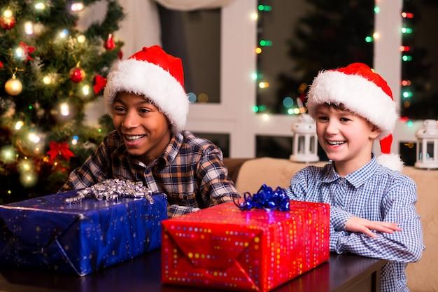 クリスマスプレゼントを持った2人の男の子。