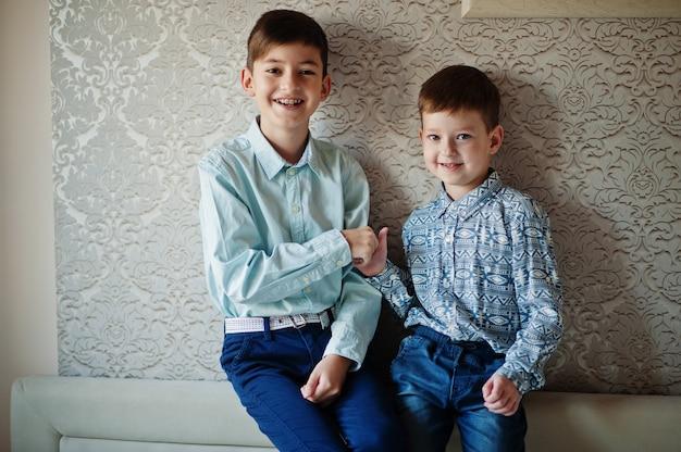 二人の兄弟が指で手遊びをします。
