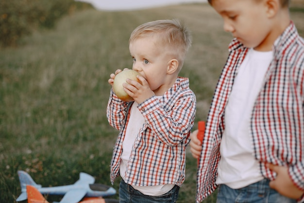 夏の畑で遊ぶ2人の兄弟