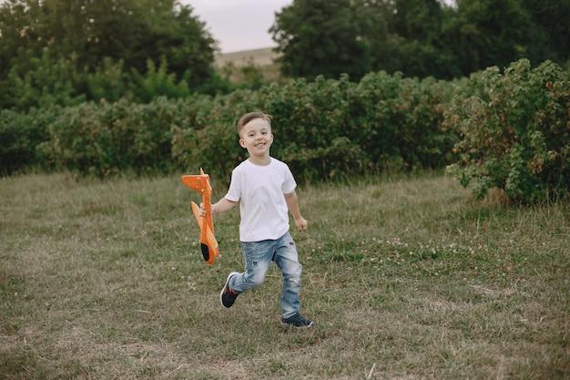 Два брата играют на летнем поле